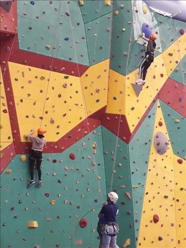 同學們盡情享受攀岩樂趣