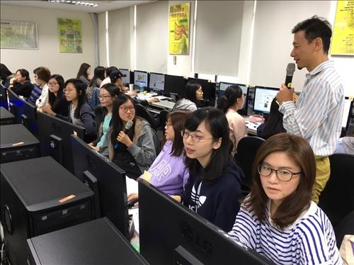 跨境電商認證研習-董老師與學生互動情形