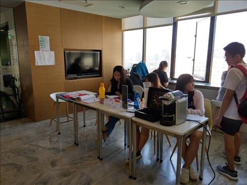 登記處提供咖啡營造輕鬆交流的氛圍