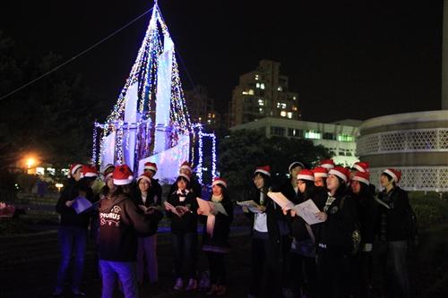 「淡江一甲子,旋轉久久,迎向100 蛋捲點燈」暨「2010白色聖誕化妝舞會」活動熱鬧登場。
