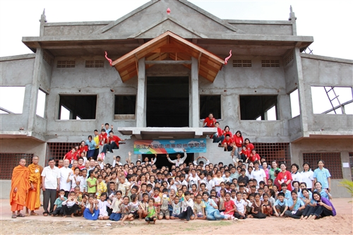 本校師生利用暑假遠赴柬埔寨進行服務學習活動。