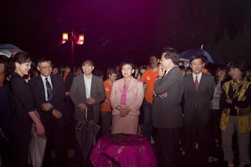 傳燈傳心,宮燈大道團圓喜慶的意象藝術裝置點燈儀式,開啟淡江新的里程碑。