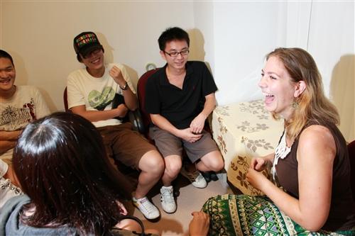 外語聊天室「CHAT CORNER」啟動,提供國際生與本國生語文學習的交流平台。