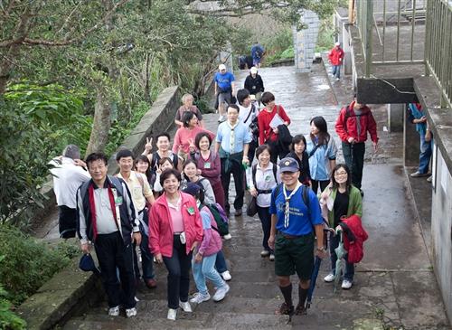 「全校觀音山健行」活動,教職員生體驗山脈之美。