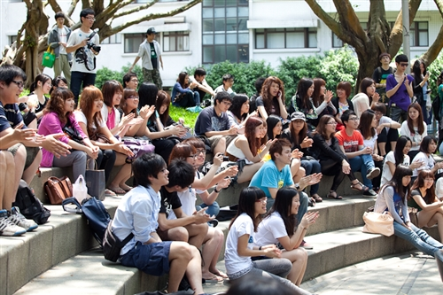 「外語週」於本週在外語大樓前、海報街展開,動人的各國舞蹈表演、各國文物美食讓全校動起來。