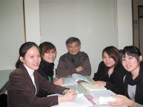 本校西班牙語文學系林盛彬副教授接連獲得西班牙、法國及台灣的3個跨領域博士學位,並為本校第1位透過姊妹校雙學位合作計畫取得雙博士之最佳典範。