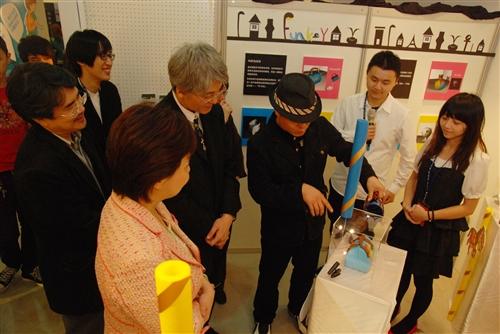 資訊傳播系第9屆畢業成果校內展「媒介現」本週在黑天鵝展示廳舉辦,展出學生四年來融會傳播、藝術與科技的專業知識,並以獨特的創作思維呈現多元的學習成效。