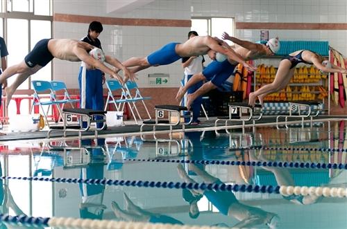 為歡慶淡江一甲子,60週年校慶籌備委員會「體育活動組」舉辦「水上運動會」,揭開一系列體育慶祝活動的序幕,從此讓淡江活力充沛一整年。