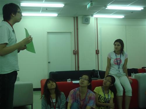 「2010年暑期生活英語營」本週在淡水校園熱鬧展開,4天的活動將協助同學藉著不同文化的學習與自我探索,提升英語能力與國際視野。