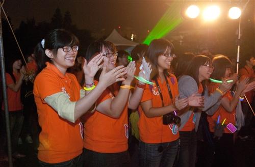 淡水校園「傳燈傳心」與蘭陽校園「燈峰照吉」點燈活動,全體教職員工生同慶學校60大壽。