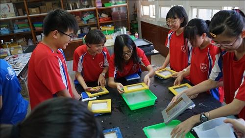 富禮國中的同學們一同歡樂地進行手抄紙的實驗