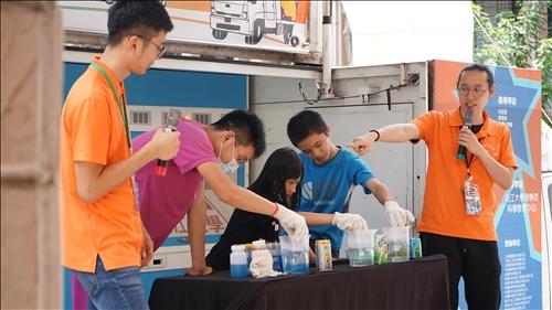 福源國小的三位孩子小心進行操作藥品加熱的動作