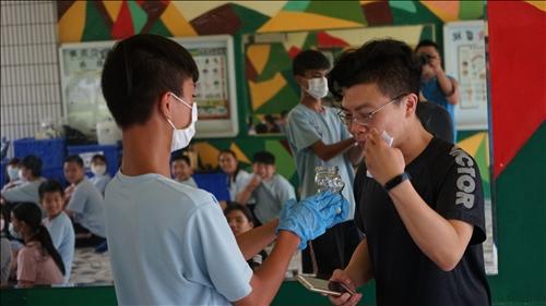 田寮國中的同學貼心的讓老師也可以一同融入做實驗的氛圍中