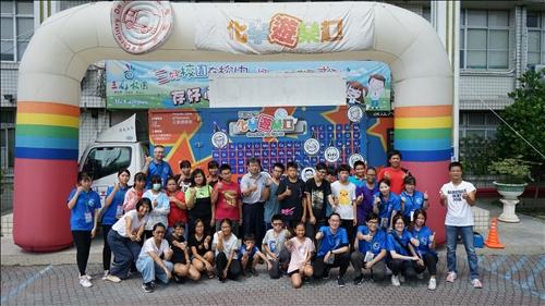 鳥松國中的同學們一同於化學遊樂趣拱門下進行大合照