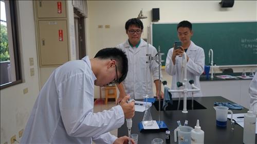 路竹高中的同學互相協助拍攝實驗中的英姿