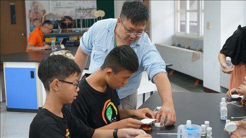 台橡的大哥哥也一同來圓富國中協助同學們進行實驗操作