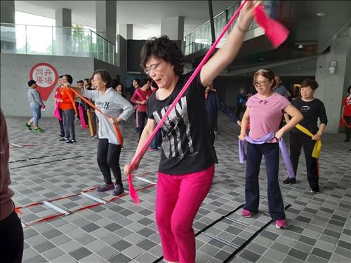 樂活健康-銀髮長照:樂齡健康動起來-「健身彈力帶」