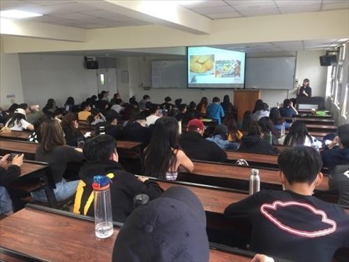 講者與同學分享阿根廷文化