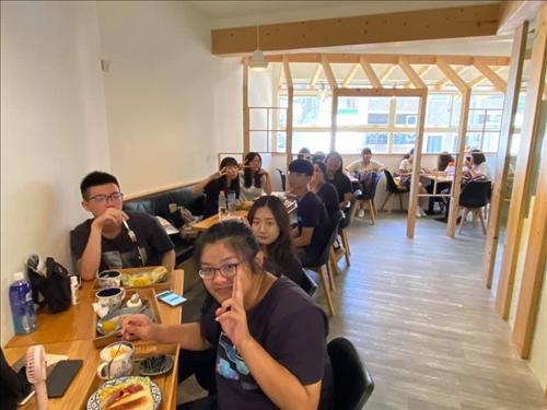 忠明高中師生在合作店家白水cafe享用專屬忠明的三明治百元套餐。(圖/忠明高中提供)