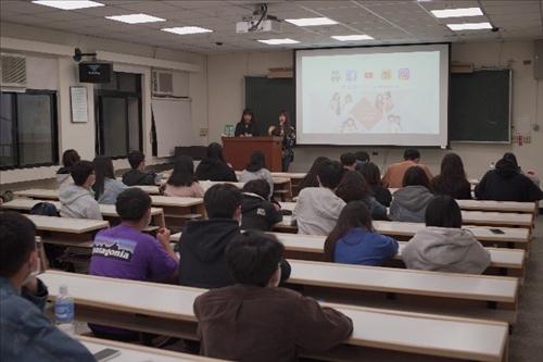 演講者與參與學生互動QA