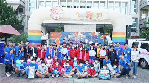 興仁國中的活動表演部分結束之後,台灣默克的工作人員,台視的主播、淡江的工作人員加上所有七八年級的同學一起在化學車跟分析車前合影。