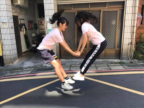 忠明高中學生進行「愛有幾種可能」的創意合照。(圖/USR辦公室提供)