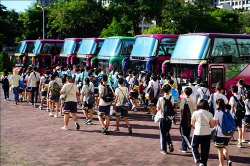 忠明高中師生從台中出發前往淡水。(圖/忠明高中提供)