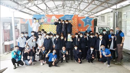 瑞源國中活動,同學們在化學車前合影。
