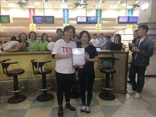 女生組 第一名到第三名 頒發觀光系獎狀