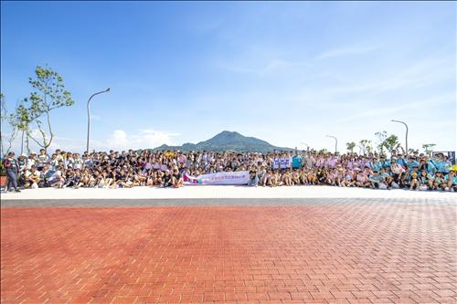 本校USR團隊與台中忠明高中溢出廣角鏡頭的熱情合照。(攝影/林建利)