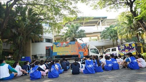 鳳林國中活動,同學們正在化學車與分析車前集合準備看表演。