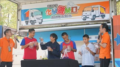 桃源國中活動,同學在台上參與表演。