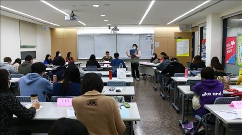 師培中心朱惠芳主任進行教學特優教師「教育概論」課程觀課交流。