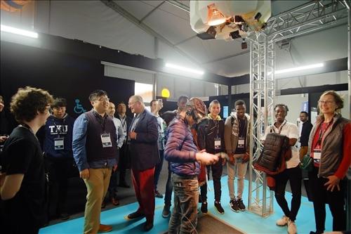 有體感互動裝置的VR名揚國際