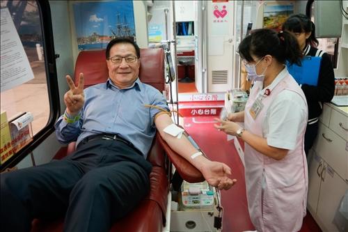 號召師生齊捲袖•校長響應捐熱血