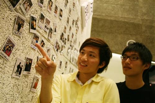 攝影社邀觀眾聯展 師生拍立得貼滿牆