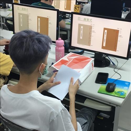 學生根據簡報內容準備書頁用紙