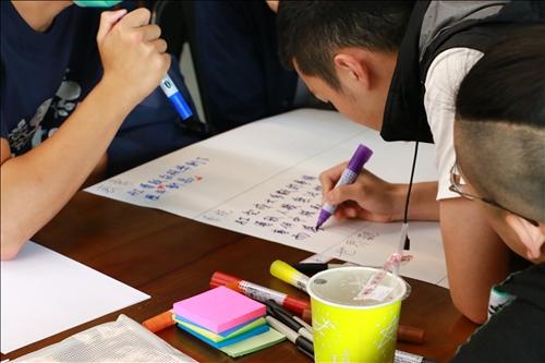 學生將未來居住設計概念之討論結果以大字報、便利貼方式呈現