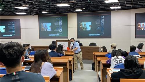 羅品善執行長請國企系同學選擇答題小禮物,同學在「前途」與「課業」中選擇前途