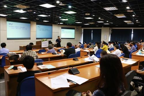 與會老師熱烈參與研習且專注聆聽演講。