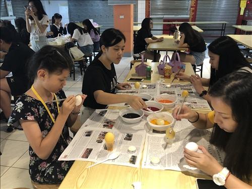 學生繪製復活節彩蛋