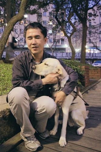 新導盲犬Effem接替成為張國瑞的導盲犬,個性愛撒嬌。(攝影/吳佳玲)