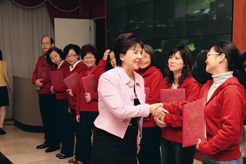 26日,校長張家宜頒獎給QCC競賽獲首獎的「文革圈」。(攝影/陳怡菁)
