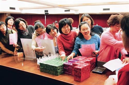 女聯會於婦女節當天舉辦「Spring Lady Day」,並準備豐盛獎品於會後抽獎,圖為與會者一臉興奮排隊領獎。(圖/陳怡菁)