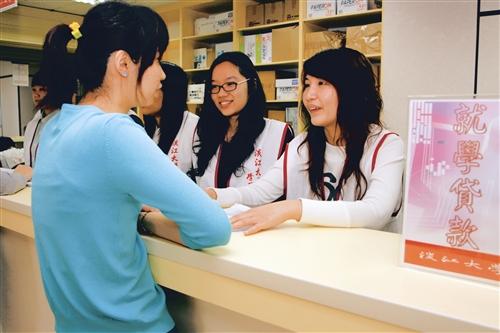 微笑至上 聯合服務中心開張 學務長:學務服務更省時 更有效率