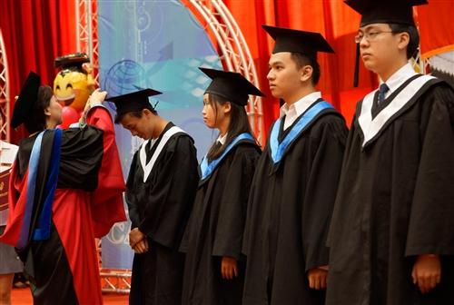 本校舉行104學年度畢業典禮──「浩浩淡江六六 職場通航九九」。