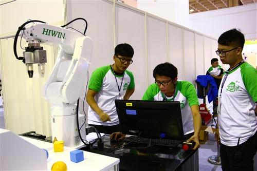 賀電機系參加『上銀智慧機器手』實作競賽雙項冠軍!