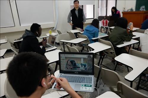 視訊教英文、淡大愛相助