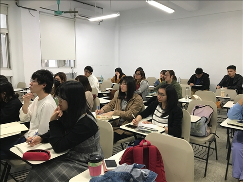 講者上課與同學聽講
