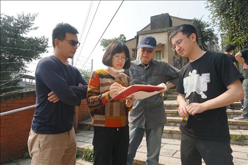 建築系羅韻同學與黃瑞茂及王國信老師進行設計討論